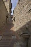 Alte schmale sizilianische Straße Stockfotografie