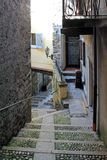 Alte schmale Straße auf der Insel von Isola Bella auf See Maggiore, Italien stockbild
