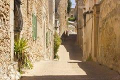 Alte schmale Straße in Capdepera, Majorca stockbild