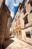 Alte schmale Straße an der Stadt von Kotor, Montenegro lizenzfreie stockfotografie