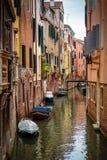 Alte schmale Straße mit Boote in Venedig, Italien Lizenzfreie Stockbilder