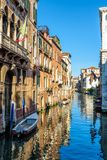 Alte schmale Straße mit einem Boot in Venedig, Italien Lizenzfreies Stockbild