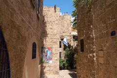 Alte schmale Straße und Wände von den Kalksteinblöcken in Telefon Aviv-Jaffa in Israel Lizenzfreie Stockbilder