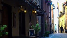 Alte schmale Straße in zentralem Stockholm Alte Stadt stock video