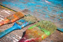 Alte schmutzige auf einem hölzernen Hintergrund zu malen Bürste, Stockbild