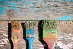 Alte schmutzige auf einem hölzernen zu malen Bürste, Lizenzfreie Stockfotografie