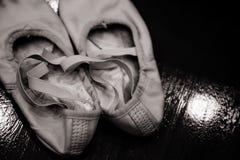 Alte schmutzige Ballettschuhe auf hölzernem Hintergrund | Ballerina benutzte Schuhe Lizenzfreie Stockfotografie