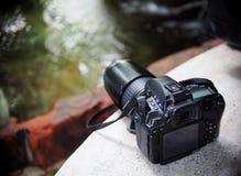 Alte schmutzige benutzte große Berufsartdigitalkamera des Schwarzen DSLR Stockfotografie
