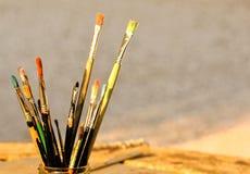 Alte schmutzige benutzte Malerpinsel Stockfotos