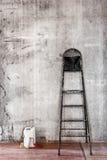Alte schmutzige Betonmauer, wenn Raum mit Stehleiter und zu repariert wird Stockfoto