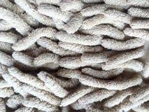 Alte schmutzige Fußmatte für sauberen und Abwischenfuß Detail des alten hölzernen Fensters Stockfotos