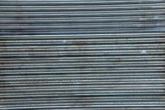 Alte schmutzige gewölbte Blechtafel der Schiebetür Stockbild