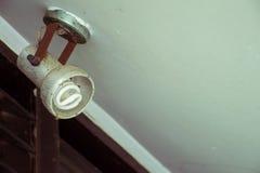 Alte schmutzige Glühlampe, die an der Decke hängt lizenzfreies stockbild