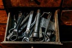 Alte schmutzige Schlüssel im Kastenabschluß oben Stockfotos