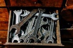 Alte schmutzige Schlüssel im Kastenabschluß oben Lizenzfreies Stockfoto