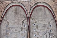 Alte schmutzige Schuhe Stockfotos