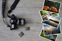 Alte Schmutzkamera, codierte Karte und Fotos auf hölzernem Hintergrund des Weinleseschmutzes Lizenzfreie Stockfotos