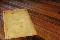 Alte Schmutzpapierrahmen auf altem hölzernem Hintergrund Stockfoto