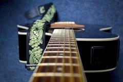 Alte Schnüre auf schwarzer Gitarre Lizenzfreie Stockbilder