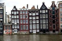 Alte schräg liegende Kanalgebäude in Amsterdam Stockfoto