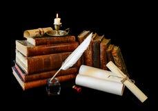 Alte Schreibensinstrumente und alte Bücher Stockbilder