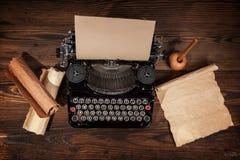 Alte Schreibmaschine auf Holztisch Stockbild