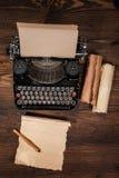 Alte Schreibmaschine auf Holztisch Lizenzfreie Stockbilder
