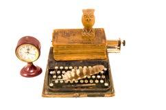 Alte Schreibmaschine mit altem Buch und der Uhr lokalisiert Stockbild
