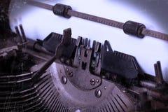 Alte Schreibmaschine mit Papier Stockfotografie