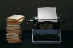 Alte Schreibmaschine mit Retro- Farben der Bücher auf dem Schreibtisch Stockfotografie