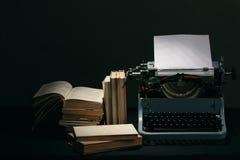 Alte Schreibmaschine mit Retro- Farben der Bücher auf dem Schreibtisch Stockbild