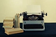 Alte Schreibmaschine mit Retro- Farben der Bücher auf dem Schreibtisch Stockfotos