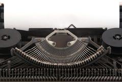 Alte Schreibmaschine mit unbelegtem Blatt Papier Lizenzfreie Stockfotografie