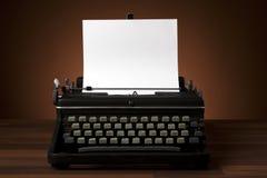 Alte Schreibmaschine mit unbelegtem Papier Lizenzfreies Stockbild