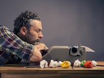 Alte Schreibmaschine mit zerknittertem Papier Lizenzfreie Stockfotografie