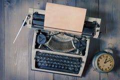 Alte Schreibmaschine und Wecker stockbilder