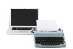 Alte Schreibmaschine vor zeitgenössischem Laptop Stockfotos