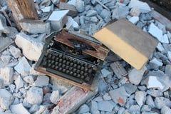 Alte Schreibmaschine wird verfallen lizenzfreies stockfoto