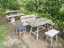 Alte Schreibtische und Stühle lizenzfreies stockfoto