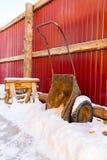 Alte Schubkarre mit Schnee Stockfotografie
