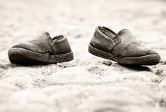 Alte Schuhe auf dem Straßen-niedrigen Winkel Lizenzfreie Stockbilder