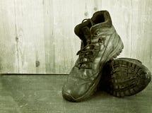 Alte Schuhe auf einem Bretterboden stockfotografie