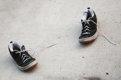 Alte Schuhe in der Straße Stockfotos