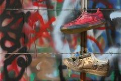 Alte Schuhe und Graffiti Stockfoto
