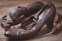 Alte Schuhe und Werkzeuge für Wiederaufnahme Lizenzfreie Stockfotos