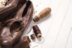 Alte Schuhe und Wiederaufnahmewerkzeuge Stockfotografie