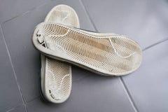 Alte Schuhe ziehen sich zurück Lizenzfreie Stockfotos