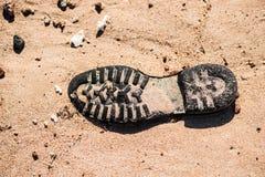 Alte Schuhsohle auf dem Sand in der Wüste stockfotos