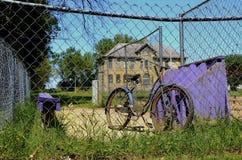 Alte Schule, Fahrrad und Einbaum Stockfotografie