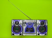 Alte Schulretro- Tonbandgerät auf einem grünen Hintergrund Veraltete Technologien Tendenz des Minimalismus Beschneidungspfad eing Lizenzfreie Stockfotografie